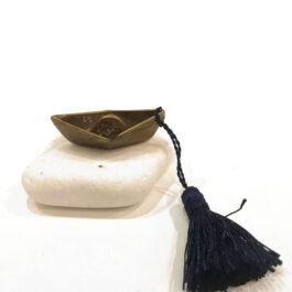 Μεταλλικό Καραβάκι με Φούντα σε Πέτρα
